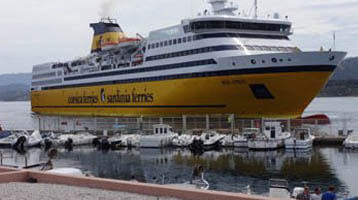 Links en Service Corsica Ferries in de haven